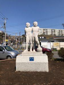 東逗子駅 友情 石像